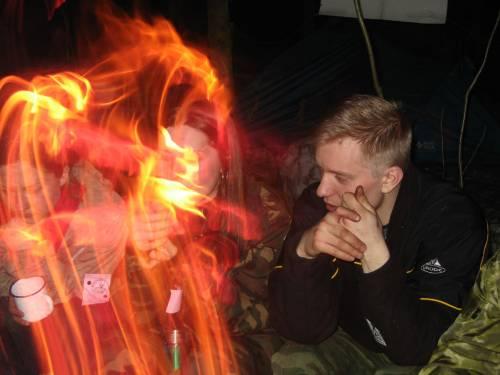 Природа воздух и огонь, вечер у костра в дружной компании