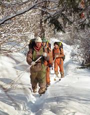Группа в пути по заснеженным тропам Алтая